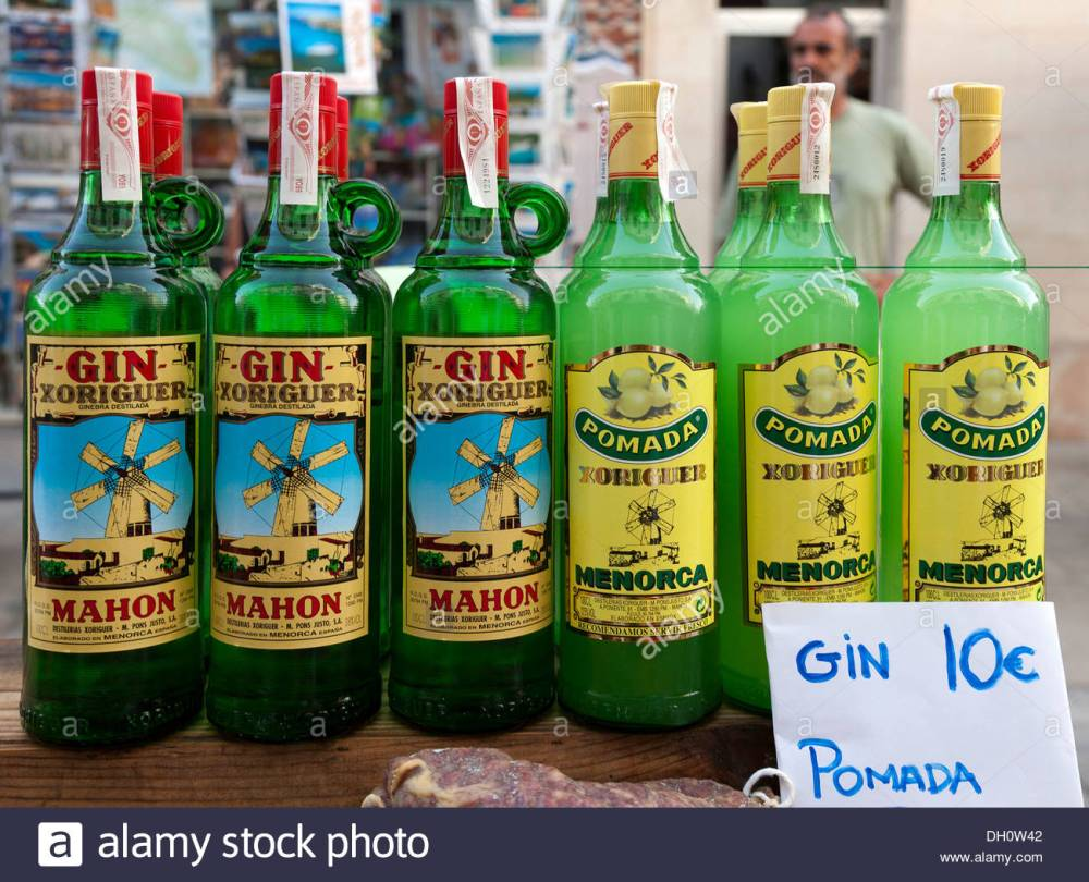 gin-and-pomada-typical-alcoholic-drinks-of-menorca-balearic-islands-DH0W42